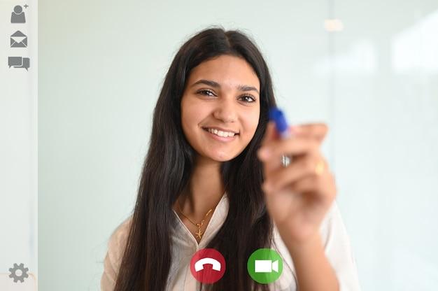 La visualizzazione dell'applicazione dello schermo di una dipendente donna ha una conferenza online
