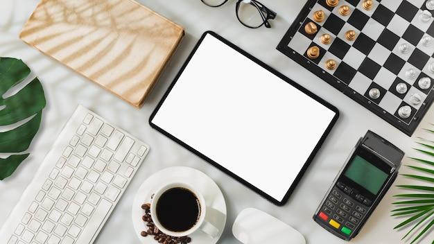 Tablet schermo isolato su bianco con area di lavoro moderna e ombra di foglie di palma, foto piatta, vista dall'alto