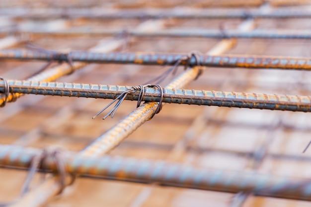 Struttura della barra d'acciaio della filettatura della vite, nel luogo della costruzione. focalizzazione morbida