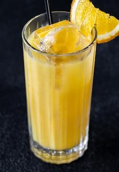 Cocktail di cacciaviti con succo d'arancia e vodka su sfondo nero