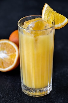 Cocktail di cacciaviti con succo d'arancia e vodka sul tavolo nero