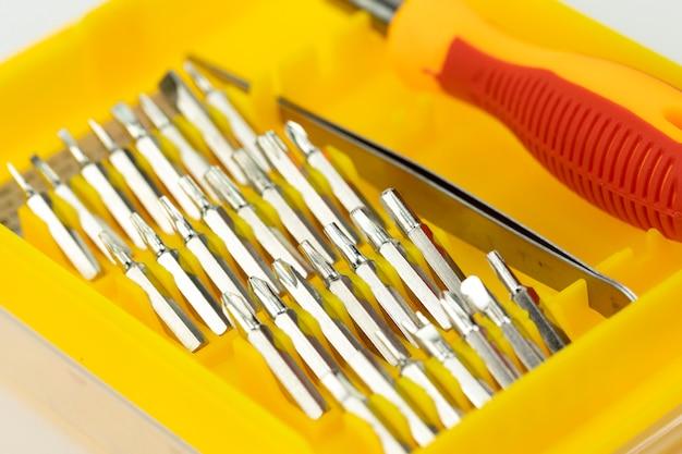 Cacciavite con set di teste diverse closeup. concetto di miglioramento domestico