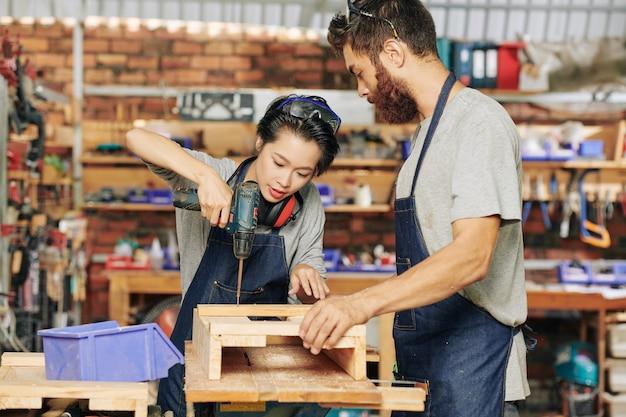 Avvitare insieme pezzi di legno