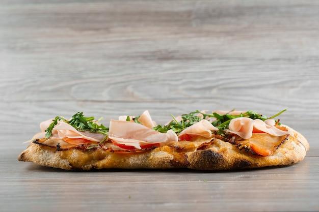 Scrocchiarella gourmet cucina italiana. pinsa romana. pinsa con carne, rucola, formaggio.