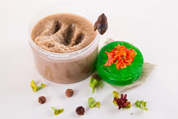 Scrub e sapone. cosmetici per la cura della pelle