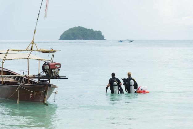 Operatori subacquei che guardano fuori al