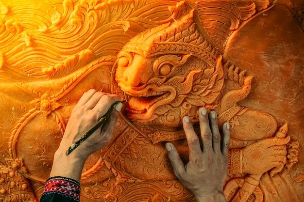 Lo scultore stava attaccando con la cera. per fare il castello di cera partecipa al festival della parata del castello di cera a sakon nakhon, thailandia