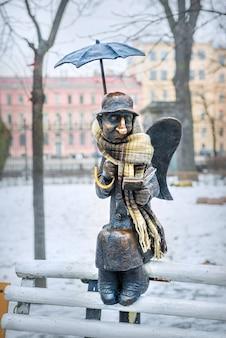Scultura di un angelo a san pietroburgo nel giardino izmailovsky vicino al teatro della gioventù su fontanka in una giornata invernale nuvolosa