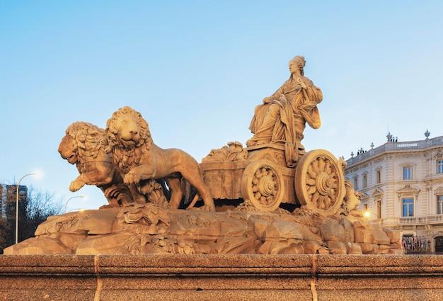Scultura di cibeles e dei suoi leoni nel centro della città di madrid, spagna - plaza cibeles.