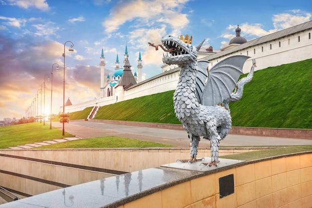 Scultura di un drago zilant e del cremlino di kazan sotto un bellissimo cielo blu al tramonto
