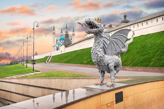 Scultura di un drago zilant e del cremlino di kazan sotto un bellissimo cielo estivo al tramonto