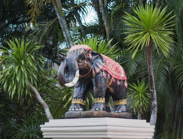 Scultura di un elefante prima di entrare in hotel in thailandia vista frontale
