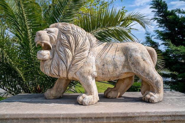 Scultura di un leone nella piccola città di poti, georgia