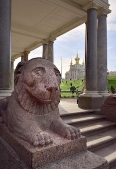 Scultura di un leone al padiglione voronihinskogo scale colonnato di marmo un grande palazzo