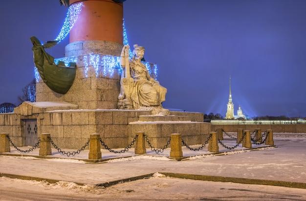 Scultura neva sulla colonna rostrale a san pietroburgo