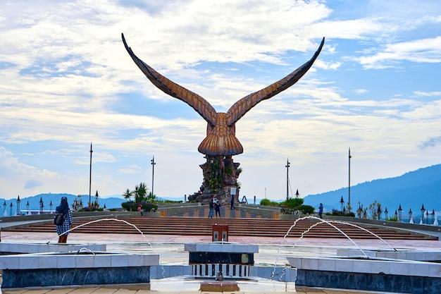 Una scultura di un'aquila rossa che spiega le sue ali. località turistica popolare sull'isola di langkawi