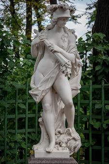 Scultura della dea romana della guerra bellona nel giardino estivo, sankt pietroburgo, russia