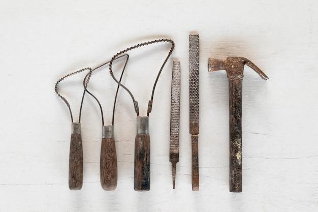 Strumenti di scultura strumenti di arte e artigianato su uno sfondo bianco.