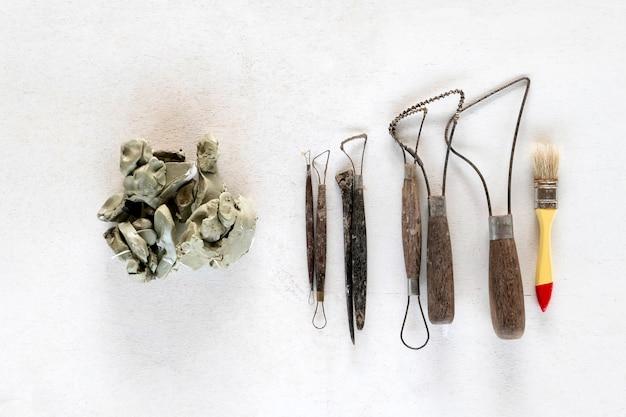Gli strumenti della scultura hanno messo il fondo. strumenti di arte e artigianato su uno sfondo bianco.