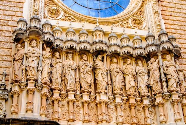Scultura di dodici santi sulla cattedrale di girona, in catalogna, spagna.