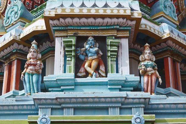Sculture sul tempio indù gopura (torre)