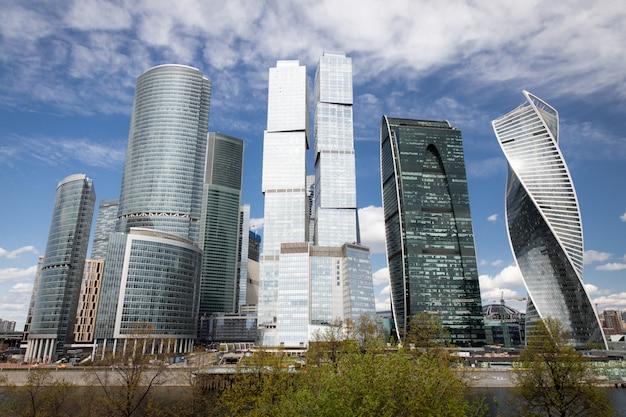 Scyscrapers della città di mosca in russia sotto il cielo blu
