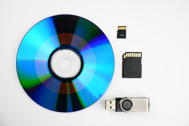 Disco sd, un flash e due chip isolati su sfondo bianco