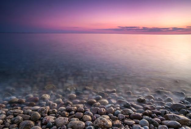 Sullo sfondo del mare