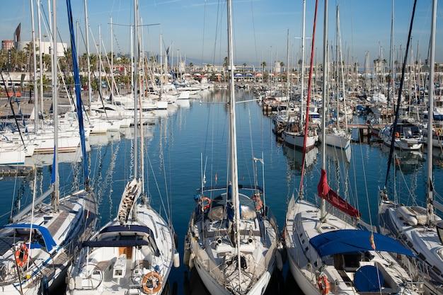 Baia del mare piena di yacht di lusso in estate