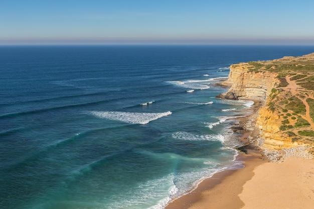 Spiaggia del mare a ericeira per i surfisti. portogallo autunno.