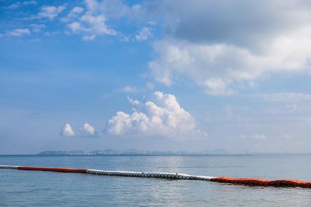 Mare di belle nuvole a pattaya, thailandia