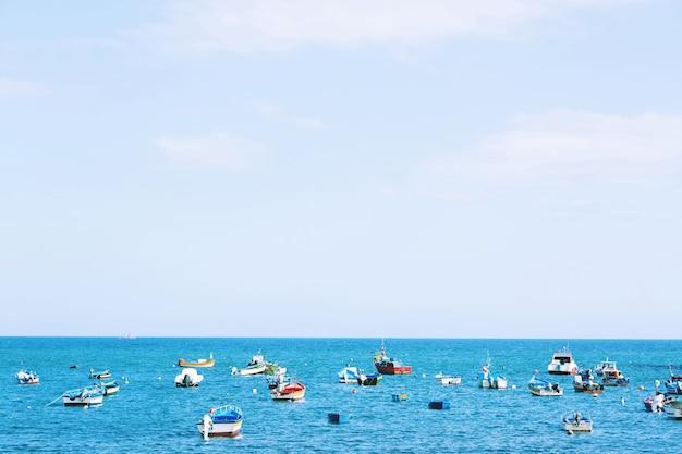 Barca sul mare per turisti stranieri a pattaya