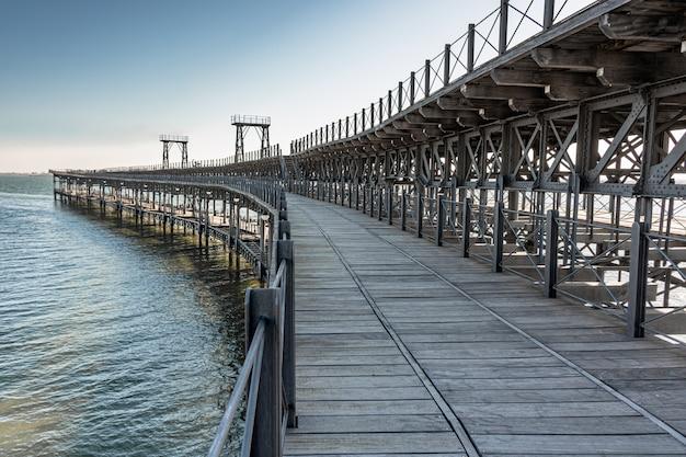 Ponte sul mare in legno e ferro