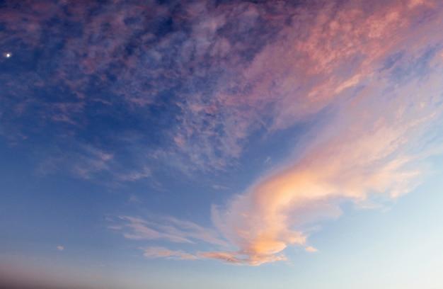 Mare sotto il tramonto crepuscolare luminoso