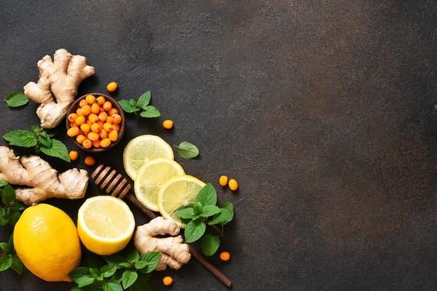 Bevanda all'olivello spinoso. tè con limone e miele. ingredienti per preparare il tè.