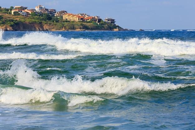 Vista serale della costa del mare e surf con spruzzi, bulgaria.