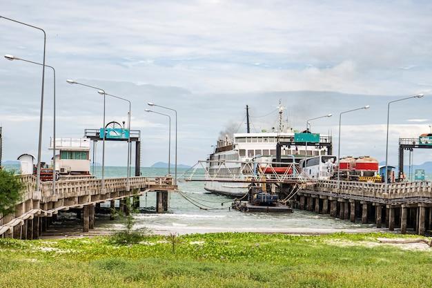 Traghetti marittimi che attraversano il traghetto di koh samui