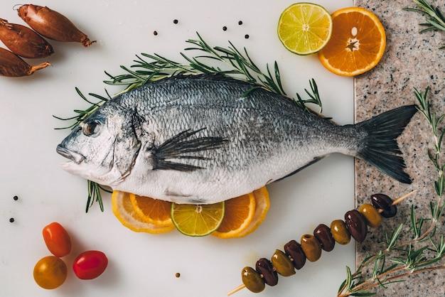 Orata di mare pesce in teglia con rosmarino limone arancia pomodoro peperoncino e lime