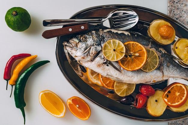 Orata di mare pesce alla piastra al forno con gustosa selezione di frutta e verdura tropicale