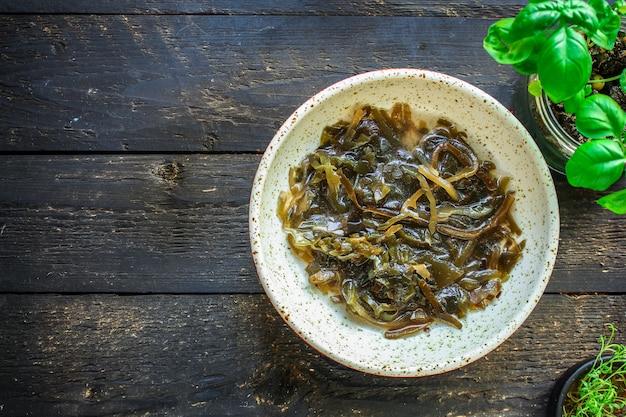 Insalata di alghe di cavolo nero