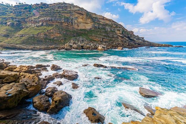 Paesaggio marino con montagne rocciose