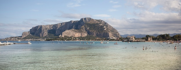 Mare a mondello beach: meravigliosa immagine panoramica della vista del mare a mondello in sicilia