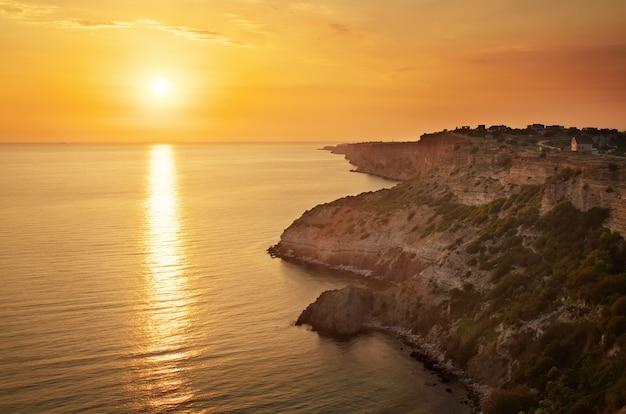 Mare e roccia al tramonto. composizione della natura