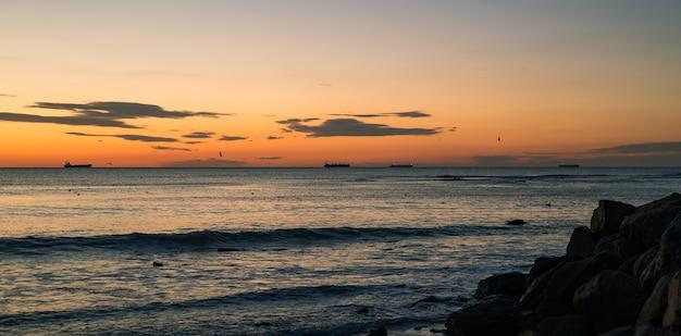 Rocce del mare e mare blu e alba a odessa sulla spiaggia