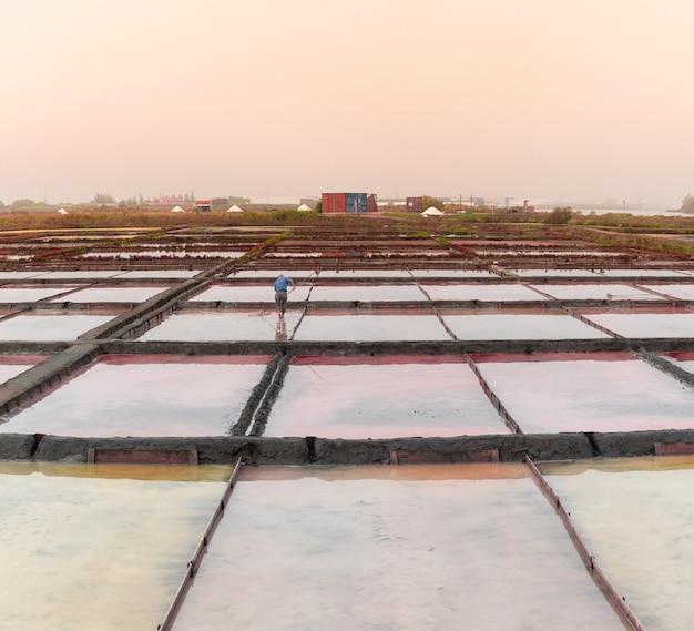 Sale marino in piscine di evaporazione con sfumature pastello