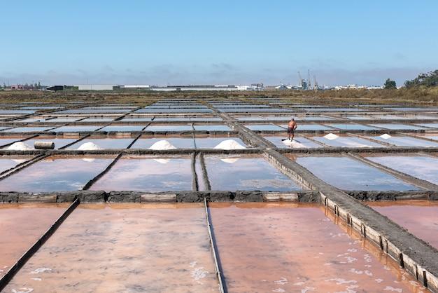 Sale marino in vasche di evaporazione con sfumature pastello
