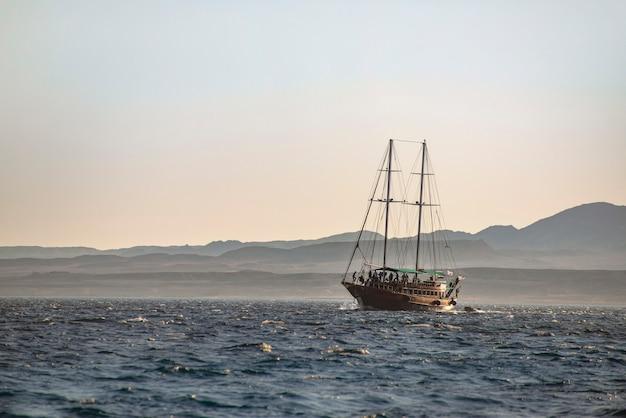 Navigazione della nave del mare nell'ambito della vista di tramonto, sharm el sheikh, egitto