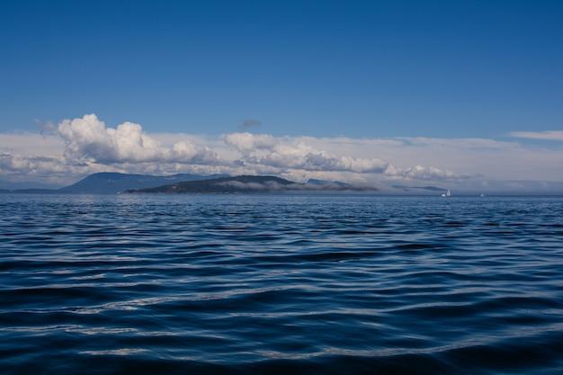 Fumo di mare sulla baia. il fumo marino è una nebbia superficiale che appare sull'oceano quando fa molto freddo.