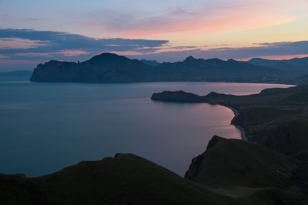 Baia della sorgente del mare al tramonto. vista dalla montagna. composizione della natura.