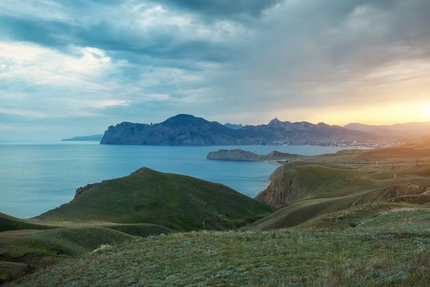 Baia di primavera del mare. vista dalla montagna. composizione della natura.